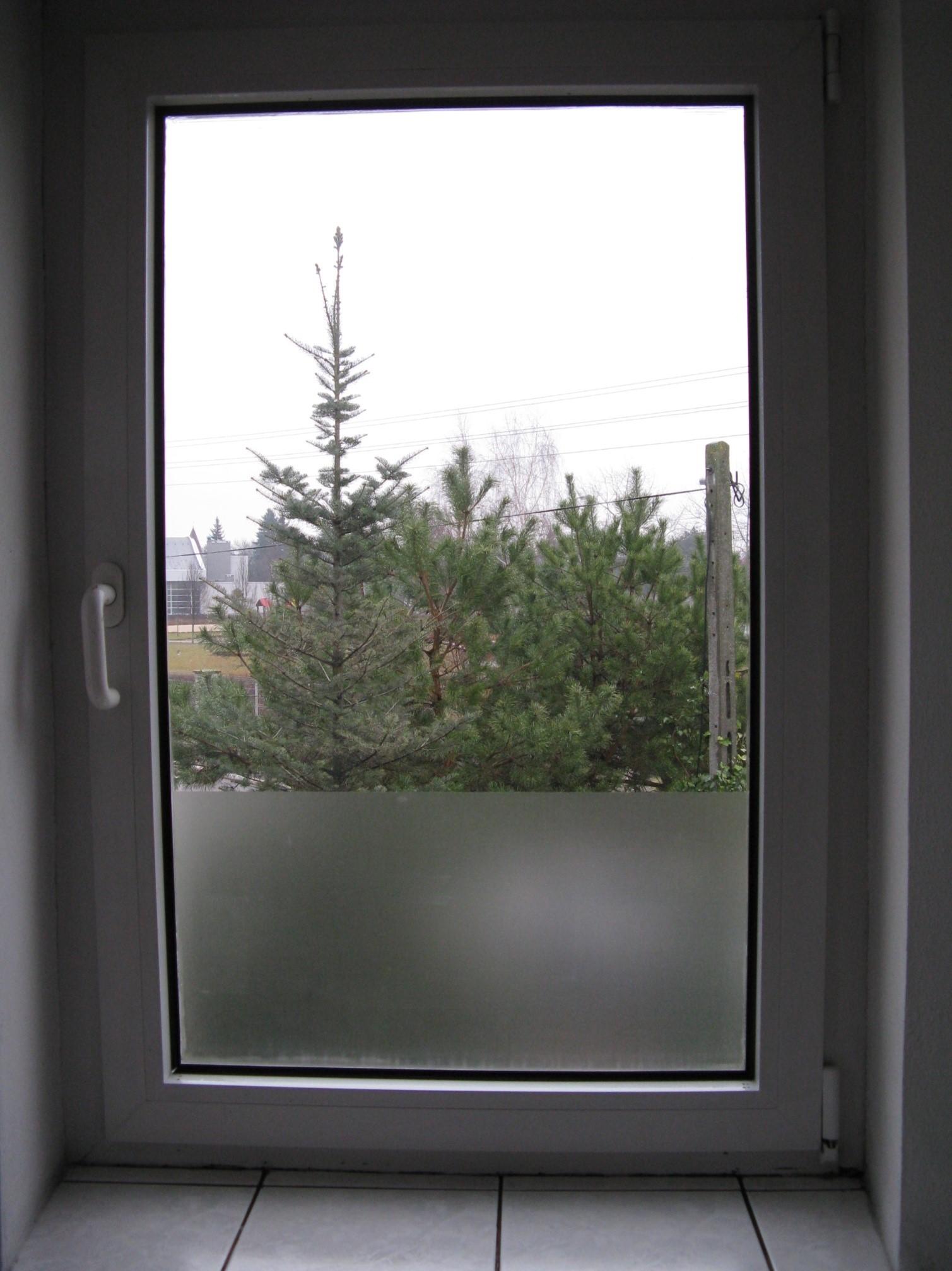 Matowa folia na okno łazienkowe